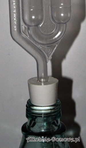 Niezbędnym uzupełnieniem balonu jest prawidłowo dopasowany gumowy korek z rurką fermentacyjną lub korek z korka