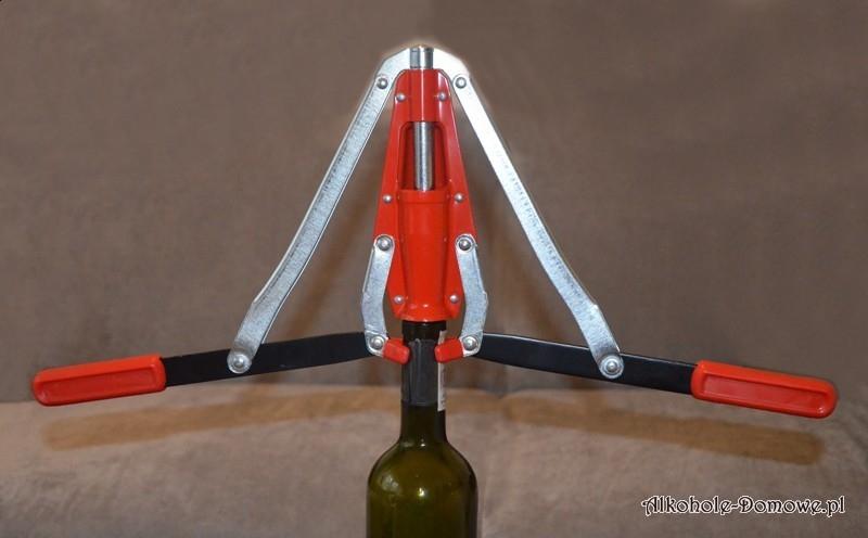Wygodna i łatwa w użyciu korkownica. Z jej pomocą z łatwością zakorkujesz wino.